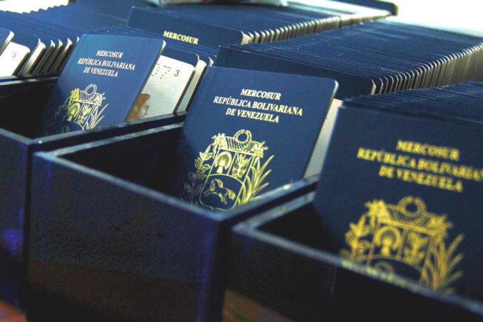 Maduro hace que prórrogas y pasaportes sean más caros para los venezolanos