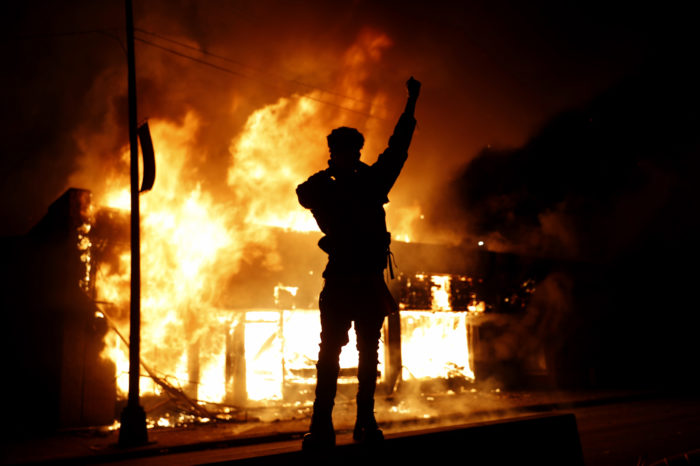 """ANÁLISIS: Así se organizan las protestas """"espontáneas"""" que terminan en violencia en EEUU"""