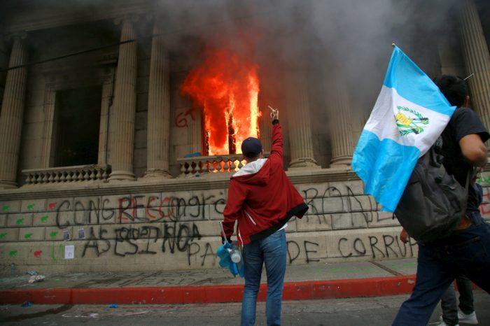 ¿Qué hay detrás de la quema del Congreso en Guatemala? (Fotos y videos)