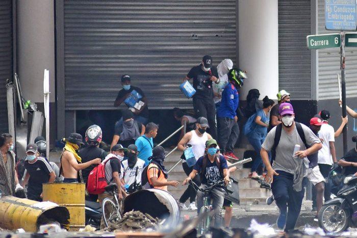 Caos de protestas en Colombia propicia resurgimiento de autodefensas