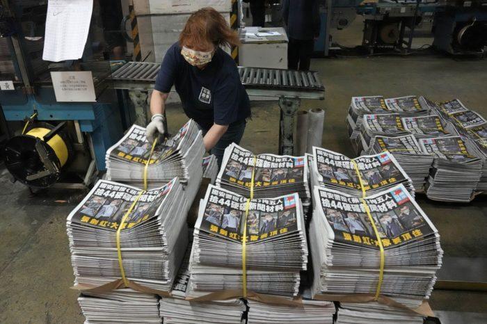 La violenta censura china acabó con el emblemático periódico hongkonés Apple Daily