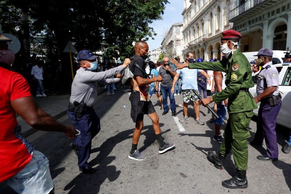 """Cubanos detenidos en las protestas reciben condenas """"express"""""""